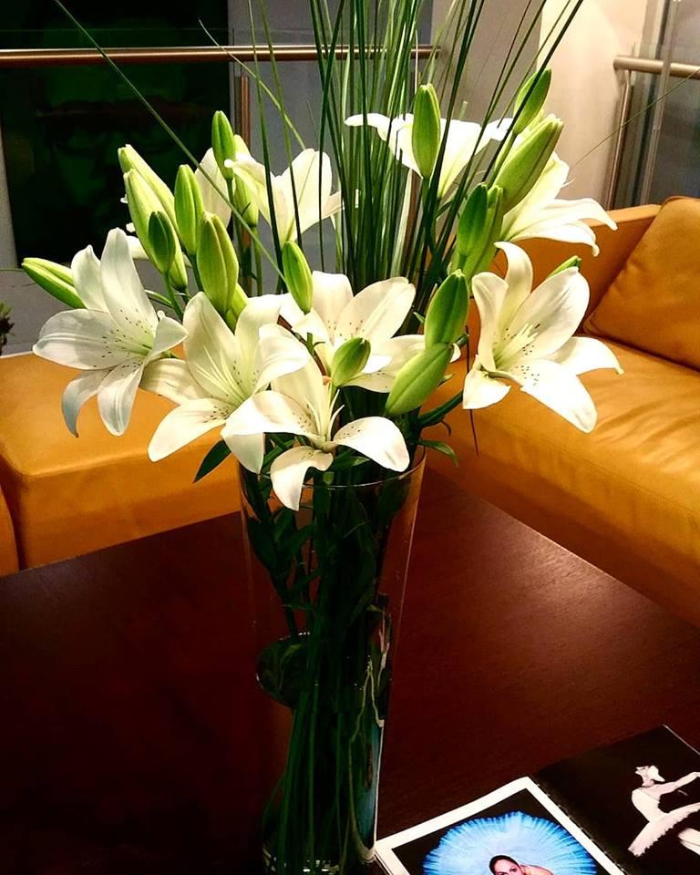 beli ljiljani cvetni aranžman poslovni prostori