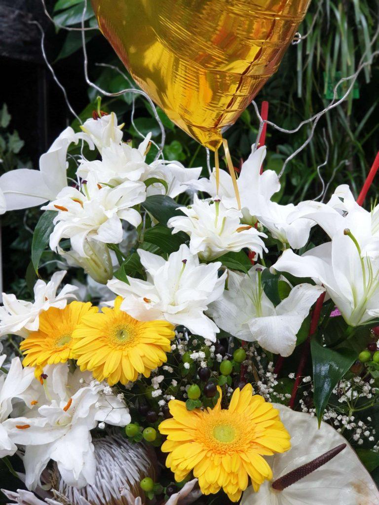 cvetni aranžman od belog krina i margareta