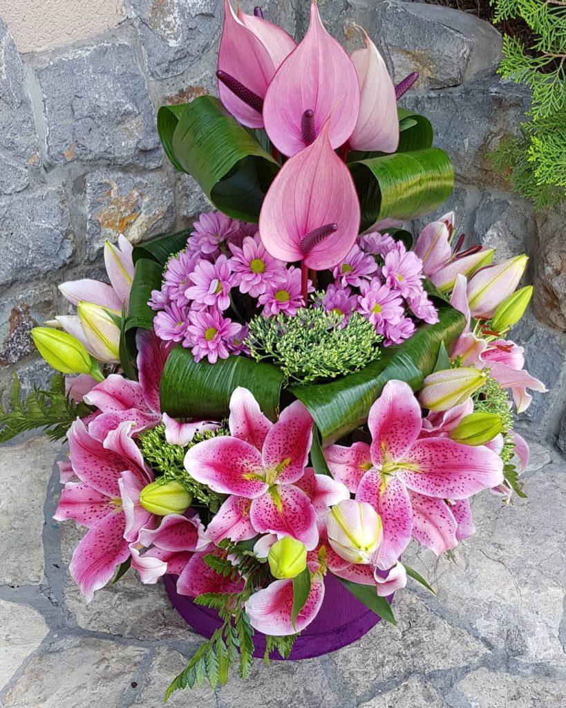 Cvetni aramžman od roze ljiljana
