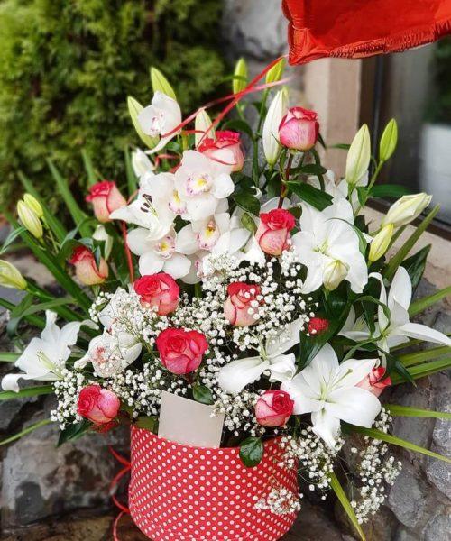 Cvetni aranžman beograd u kutiji sa ljiljaima